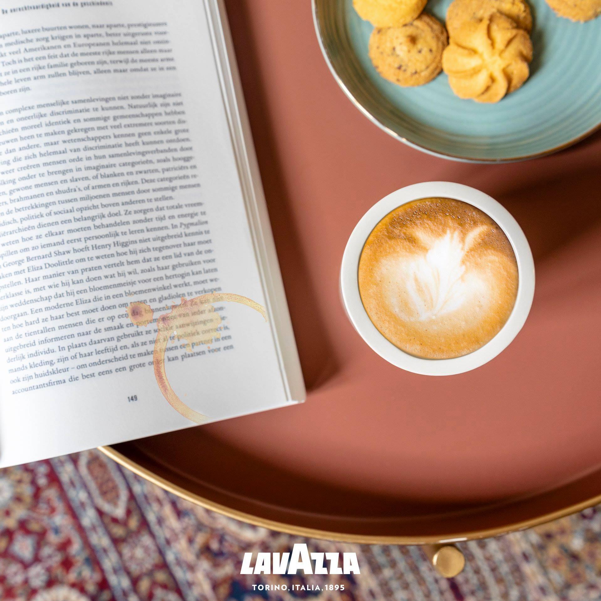 Lavazza koffie shoot met koffie en een boek om tijd voor jezelf te nemen.